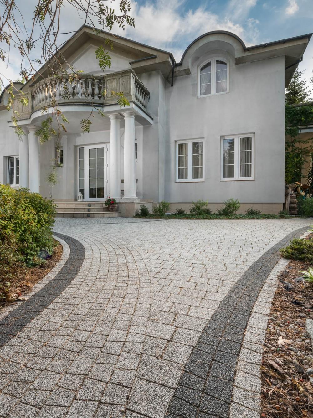 wejście do domu jasnoszary granit