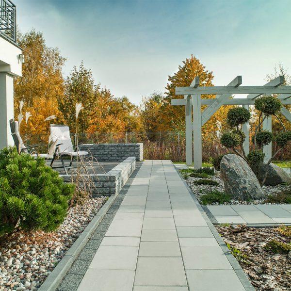 Ogród w szarej kostce brukowej